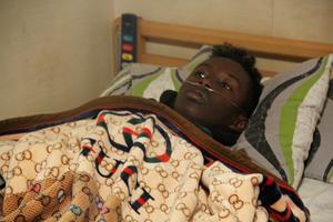 Mohammed blir lätt trött. Han har med sig syrgaskoncentratorn överallt och de finns utplacerade i hemmet.