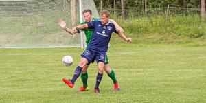 Malungsmittbacken Martin Henriksson i kamp med Tällbergsanfallaren Emil Andersson i Sportens livesända match den 18 juni (1–1).