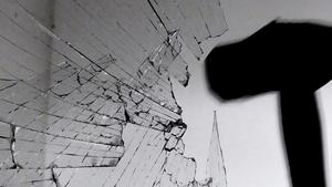 Inbrottsvittne: Kortväxt flintskallig tjuv krossade ruta