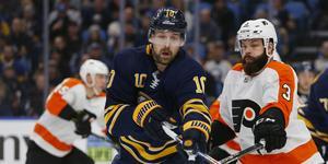 Patrik Berglund i Buffalo-tröjan. I december fick Västeråsstjärnan sparken av NHL-klubben efter att han vägrat spela på grund av psykisk ohälsa. Nu uppger 31-åringen att han är redo igen - och öppnar för spel i Sverige.