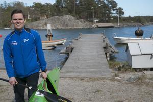 Fredrik Wolf har själv varit med i juniorlandslaget i paddling men slutade tävla för ungefär sju år sedan. Nu tränar han i stället Nynäshamns framtida kajaktalanger.