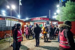 Publik anländer till Frillesås hemmapremiär på Sjöaremossen.