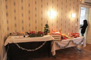 Julbordet var pyntat och dukat för gästerna.