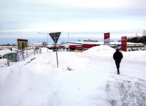 Hos grannen syns snöhögar från den parkering som Gävle kommun pekar ut som vållande. Enligt företaget forslar de bort sina snömassor och har inte tryckt dem mot Nilssons staket. Bild: Privat
