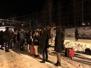 Ett 50-tal resenärer fick stå ute i kylan i över två timmar i Ställdalen. Foto: Privat
