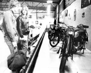 Även motorcyklar fanns på  veteranbilsutställningen 1985. Mats Nilsson och Roger Rylander beundrade en belgisk FN 450 cc från 1948.