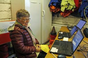 Orientering är en uppkopplad sport numera. Göta Kåberg i kansliet vid veterantävlingen i förra veckan hade flera skärmar att hålla koll på deltagarna med.