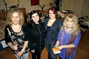 Matilda Waern, Jonette Söder, Malin Lennarthson och Miranda Dahlin höll i trådarna vid loppmarknaden till förmån för ett barnhem i Marghita, Rumänien. Bild: JAN WIJK