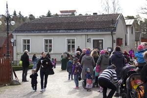 Köerna var långa. Det var många som ville besöka Blåkulla i det fina aprilvädret. Foto: Erik Inge