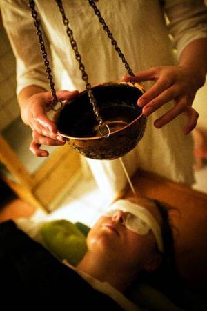 Shirodara är en typisk ayurvedisk behandling. Under 20 minuter får en stråle varm olja långsamt strömma ned över pannan och hjässan för att minska stress och spänningar.