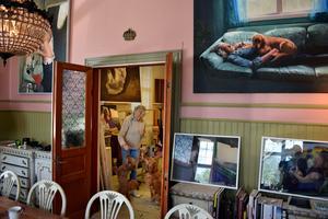 Karin Broos tavlor hänger lite varstans i hemmet.