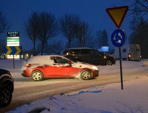 Den mörka bilen blev under tisdagsmorgonen stående i Rv 70-E16-rondellen i Djurås.