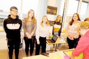 Htet, Wilma, Elsa,Anna och Lovisa på barn- och fritidsprogrammet utmanade sina besökare med ett pedagogiskt pussel som måste lösas på fyra minuter.