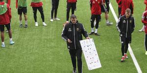 Joe Sargison använder taktiktavlan.