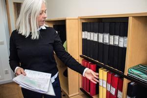 Papper, papper, papper. I en tid när kommuner digitaliserar måste Anne Bäcke, lönespecialist, begära in uppgifter på blanketter. De ska sedan matas in för hand i systemet.