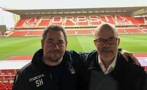 Simon Hunt och Brages klubbchef, Magnus Olsson på plats på Nottingham Forests hemmaarena, City Ground. Bild: Privat