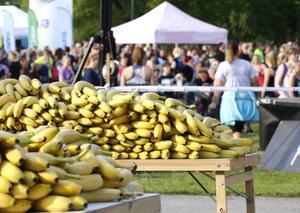 Det var ingen brist på bananer för den som behövde fylla på med energi före loppet.