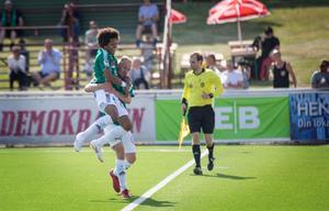 Simon Stenberg och Oscar Lundin firar den sistnämndes 1–0-mål.