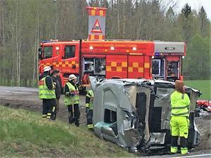 Av krockvåldet slets ena lastbilens hytt loss och landade i diket.