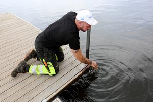 Robert Ågren från Falu kommun var på plats under fredagsmorgonen för att dra upp järnstolpen.