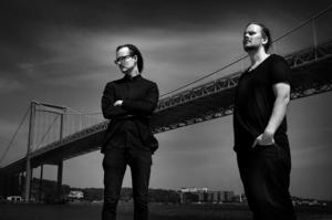 Franska Trion består numera av Matti Ollikainen (sång, piano) och Viktor Turegård (kontrabas), sedan Thommy Larsson (trummor) avled i våras. Under turnén alternerar man mellan olika trumslagare. Bild: Pressbild