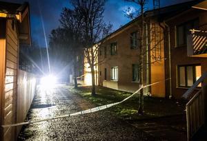 Vägen utanför den beskjutna lägenheten spärrades av under natten till måndag. Avspärrningarna hävdes vid lunchtid på måndagen.