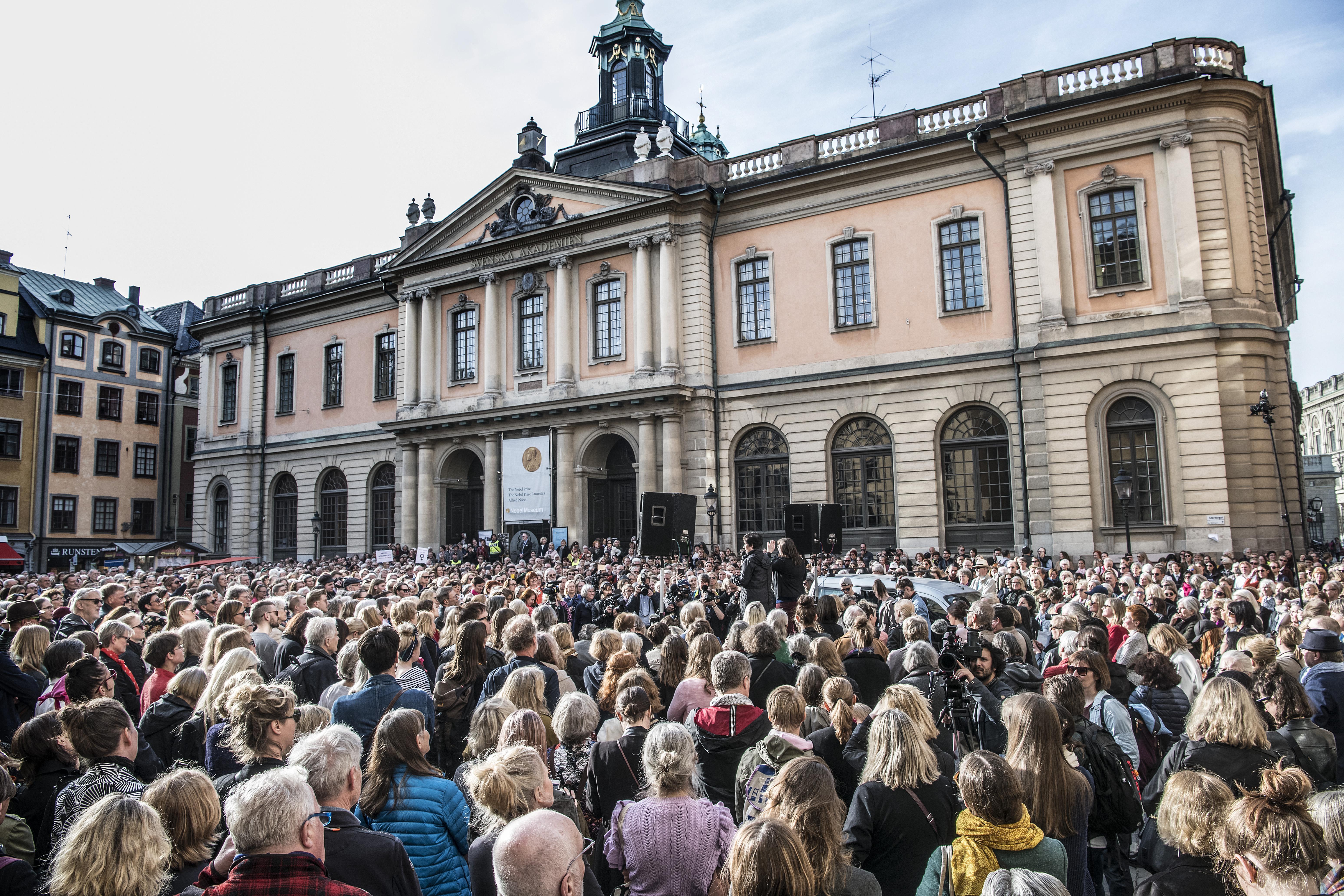 Foto: Tomas Oneborg/SvD/TT. Knytblusdemonstrationen som hölls utanför Börshuset i Gamla Stan den 19 april som stöd för avgående ständiga sekreteraren Sara Danius.