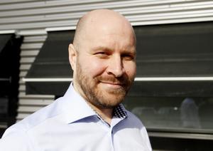 Det finns en risk för brand om man laddar elbilen i ett vanligt uttag, eftersom belastningen blir för hög, varnar Joakim Väänänen, projektledare Midroc.