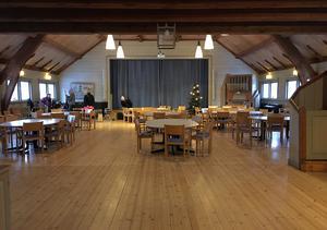 Golvet sviktar inne i stora salen, och när rummet fylls av gäster blir sorlet