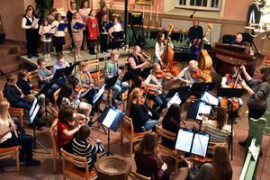 Omkring 50 av Musikskolans elever samlades i det sista numret där man framförde Nu tändas tusen juleljus.