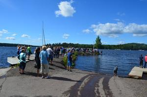 Många människor samlades vid Hälsinggårdsbryggan i Falun under lördagen för att få en bra sikt över sjön när sportbåtarna drog förbi.