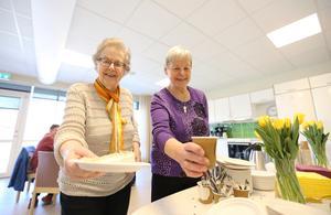 Gun Nygren och Maj-Britt Bull från Röda korset bjöd på kaffe och tårta på skärtorsdagen under invigningen av demensboendet