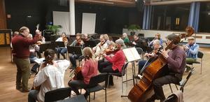 Dirigent Niclas Blixt berättar om de lyckade konserterna med gratis entré.