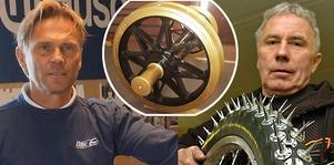 """Isracingvärldsmästarna Erik Stenlund och Per-Olof """"Posa"""" Serenius deltar vid säsongsöppningen av Mc-museet Gyllene Hjulet på 1 maj, då man också inviger det nya gyllene hjulparet."""