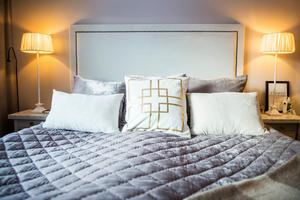 Sovrummet är inrett i dova färger.