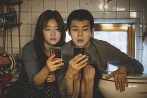 Barnen i den fattiga familjen Kim har hittat lite tillfälligt fungerade wi-fi på toaletten i