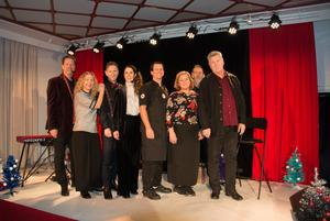 Merparten av truppen: Kettil Medelius, Sofia Andersson, Jan Boholm, Malin Berglund,  Ulf och Heléne Bryner som står för maten, ljussättare Claes Hilding  samt  regissör Martin Lindberg.