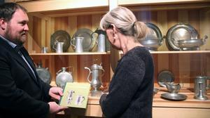 Bokens författare Lars Nylander och formgivaren Åsa Jägergård jämför boken