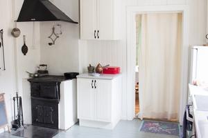I köket finns numer både vedspis och elektrisk spis.