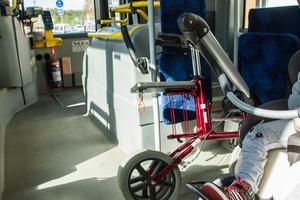 Den här bussen tar som mest 42 passagerare och då får flera av dem stå. En av flaskhalsarna är att det inte finns så mycket plats för barnvagnar och rollatorer.