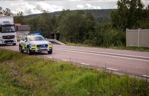 Enligt polis på plats ska bilen ha åkt mellan vägräcket och staketet för att sedan hamna i ån.