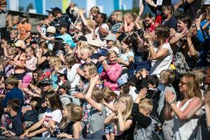 Närmare 500 faluelever från klass två och tre var på plats vid Lugnets utomhusbassäng. Totalt kommer 1000 elever få ta del av uppvisningen.