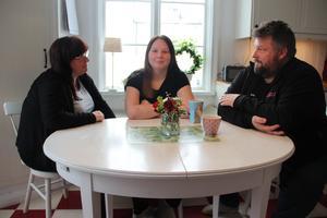 Märta Dufvenberg, tillsammans med föräldrarna Annelie och Henrik.