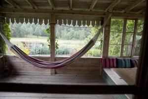 Från verandan har familjen utsikt över dalen.