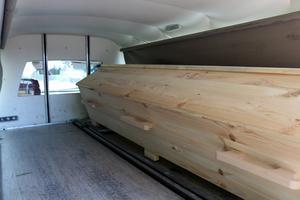 I den extra långa begravningsbilen finns plats för två kistor.