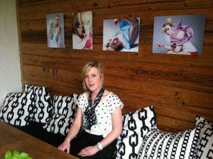 """Fotografen Marielle Andersson deltar i fotoutsällningen """"En form av mode""""med två bildserier. En serie är med en tuggummituggande modell och en serie är fotografier på popcorn.Foto: Linda Hedenljung"""