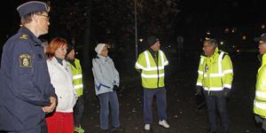 Kommunpolisen Stefan Persson, tillträdande kommunalrådet Mikael Peterson och tekniske chefen Stig Tördahl var några av dem som samlades till trygghetsvandringen.