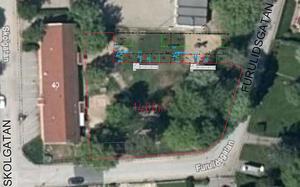 Gamla förskolan på Tulpanen ligger till vänster (tegelbyggnad), Björkens fritids skymtar i övre bildkant. Den röda markeringen visar den nya förskolegården och överst i mitten är den nya paviljongen inritad. Skiss: Lekebergs kommun