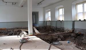 Golvet är upprivet inne i byggnaden, men arbetet står stilla.
