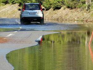 Vid 11.30 på tisdagen när den här bilden togs flödade vattenmassorna över väg 344 vid Skyttmon, där Ammerån ligger till vänster utanför bild.